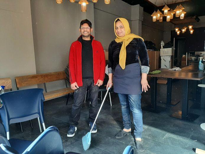 Mohamamad Golam Mostofa  en zijn vrouw zijn aan de laatste schoonmaak bezig voor zij hun Indiase restaurant openen.