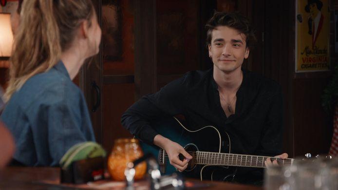 Raven (Aaron Blommaert) haalde z'n gitaar boven in 'Familie'.