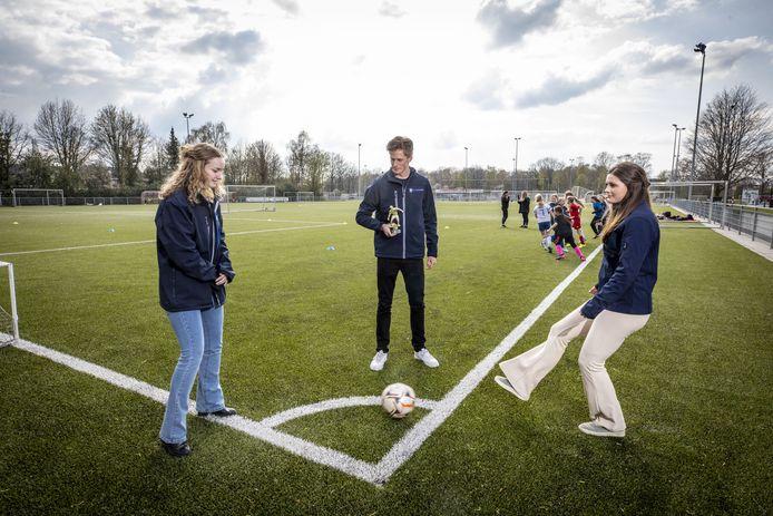 Zes gemeente zetten, elk voor 45 mille, vrijwilligersactiviteiten op voor de jeugd, tegen verveling. Silke Rikkerink, Romee Stappenbeld en Gert Tijhuis zijn betrokken bij de noaberteams. Eén van de activiteiten is een voetbaltoernooi om de Coronacup.