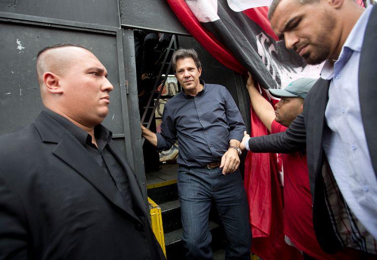 Fernando Haddad verlaat een truck na een campagnespeech. Beeld AP