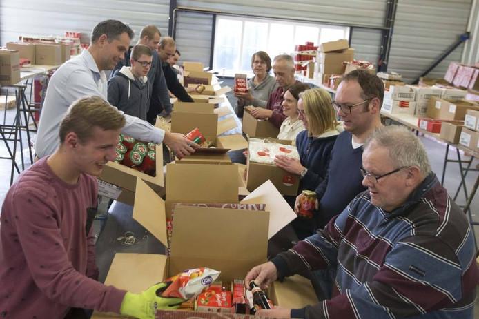 Jongeren van De Sterkerij in Rijssen zijn druk bezig met het inpakken van kerstpakketten.