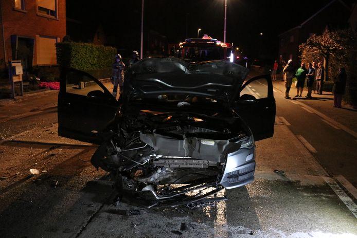 De Audi A6 knalde met hoge snelheid tegen een geparkeerde bestelwagen. De schade was enorm.