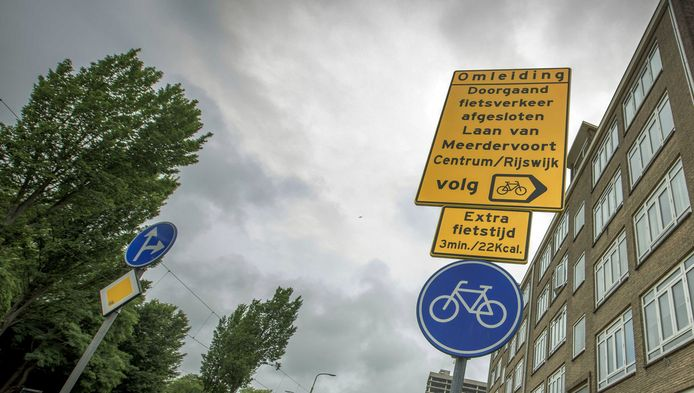 Het onderste bordje probeert fietsers te bewegen de omleiding te nemen in plaats van 'gewoon' de kortste route te nemen.