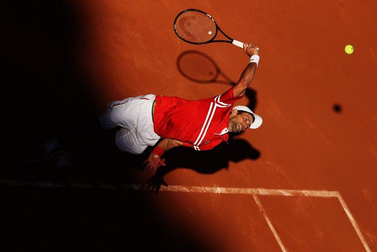 Novak Djokovic serveert in de finale tegen Stefanos Tsitsipas. Beeld Getty Images