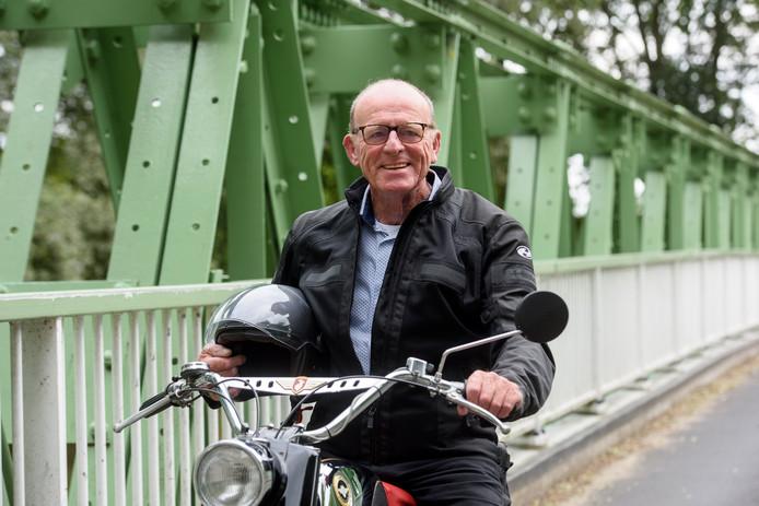 Henk van Loon met zijn klassieke Zündapp-bromfiets.