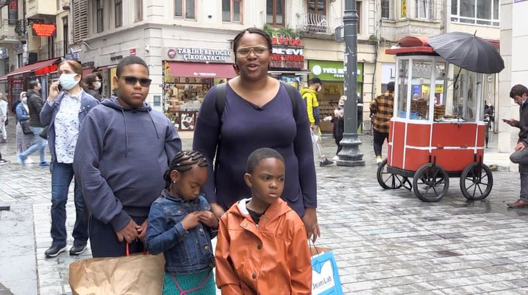 Zuhely Lomp en haar drie kinderen winkelen in Istanbul met het budget van Berkant Dural en zijn beste vriend Steven Kwik.  Beeld