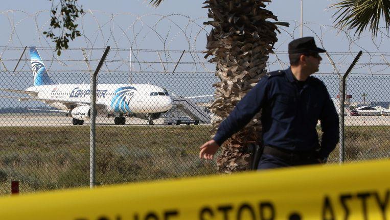 Politie bij het gekaapte vliegtuig op luchthaven Larnaca in Cyprus. Beeld anp