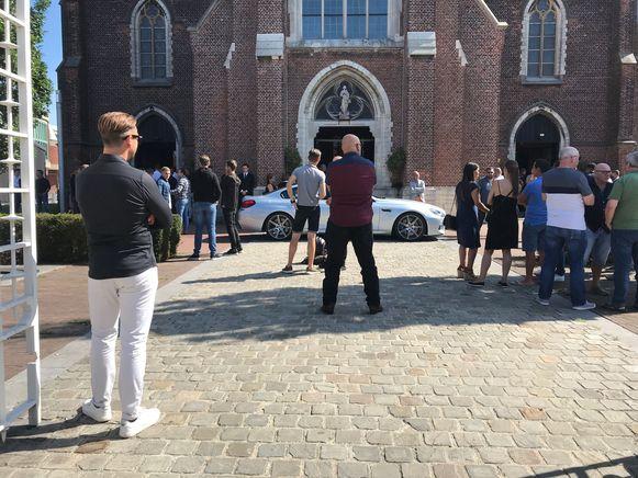 Tientallen vrienden moesten buiten de afscheidsviering volgen. De BMW van Pedro stond voor de kerk geparkeerd.