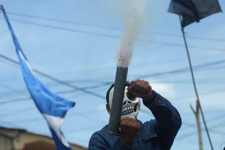 Een betoger tegen de regering van de Nicaraguaanse president Daniel Ortega vuurt een zelfgemaakte granaat af tijdens protesten in de stad Masaya op woensdag. Beeld AFP