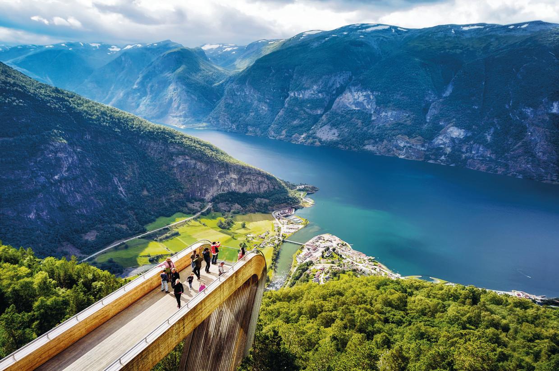 Uitkijkplaats Stegastein, Noorwegen (uit '80 duurzame reizen').  Beeld RV