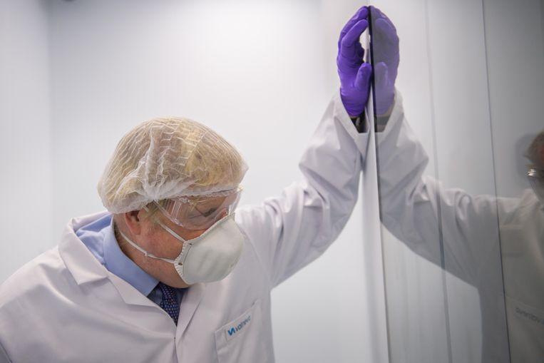 Boris Johnson bezoekt een laboratorium in Schotland waar coronavaccins gemaakt zullen worden. Beeld AFP