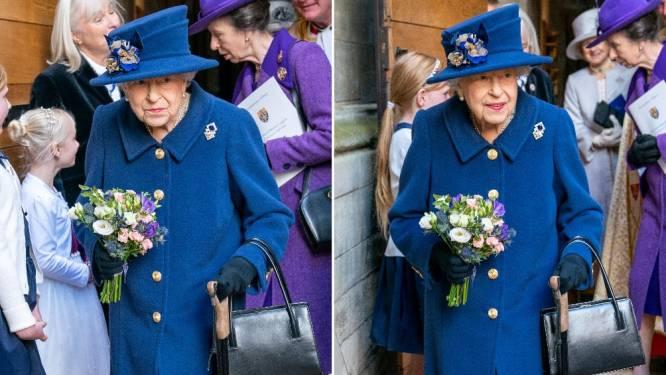 Britse Queen haalt voor het eerst in 17 jaar wandelstok boven