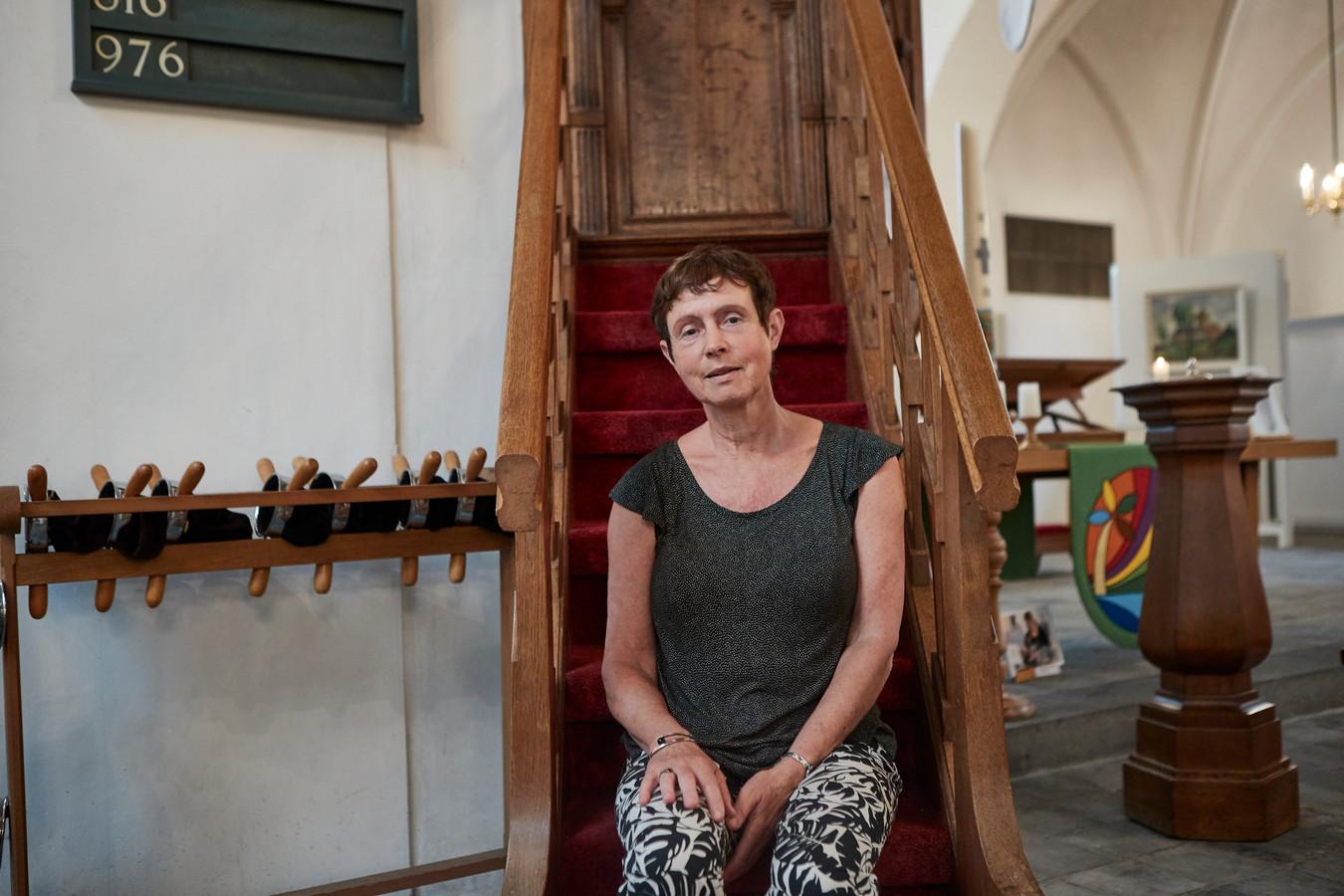 Dominee Liesbeth Burger in de Martinuskerk in Warnsveld. Zij wijst op het belang van rituelen: ,,Bij het begin, de kruispunten en het einde van het leven. Bij de feesten en bij het verdriet. Daar zijn we voor, daar zijn we goed in.''
