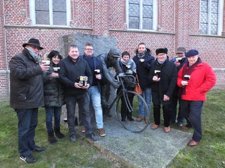 Het Lucien Buysse-comité aan het standbeeld.
