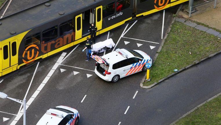 Hulpverleners op de plek van de schietpartij in de tram op het 24 Oktoberplein afgelopen maandag. Beeld anp