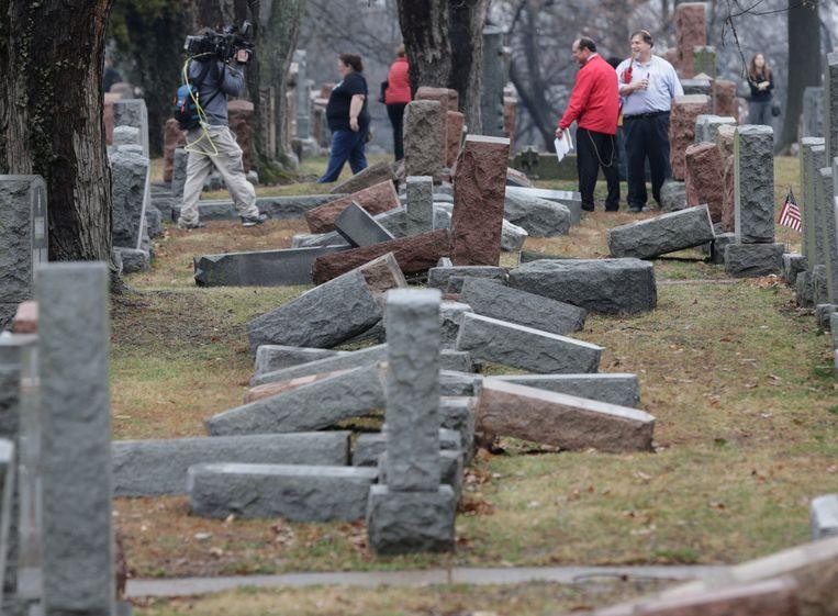 Vernielde graven op het Joodse kerkhof. Beeld REUTERS