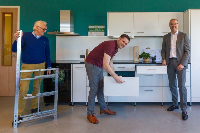 Cees van Nispen en Simon Rombouts van circulair keukenbouwer Chainable en Woonpartners-directeur Bas Sievers bij een duurzame keuken.