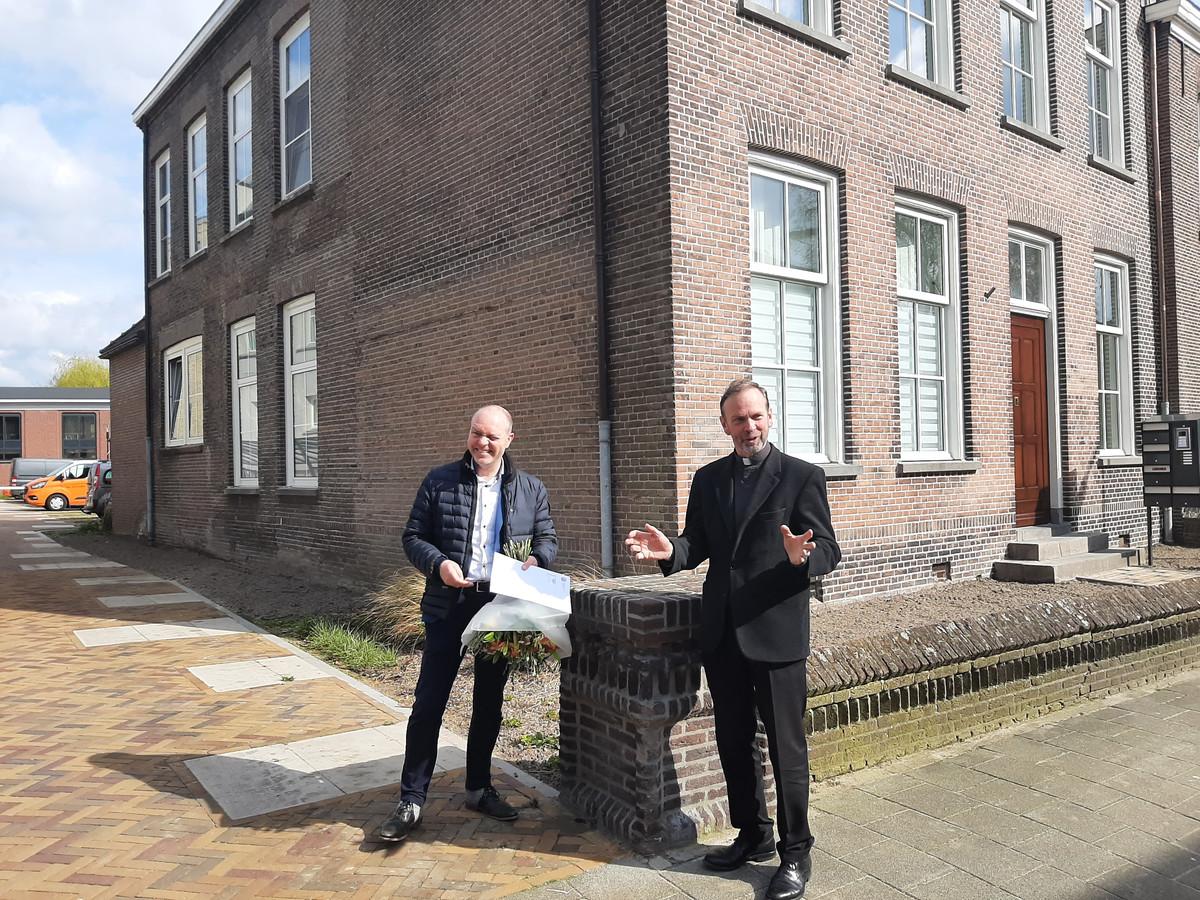 De opgeknapte en verbouwde kapelanie aan de Begijnenstraat in Oss. Directeur Gilbert Ceelen van bouwbedrijf Berghege en pastoor Roland Kerssemakers staan er even bij stil.