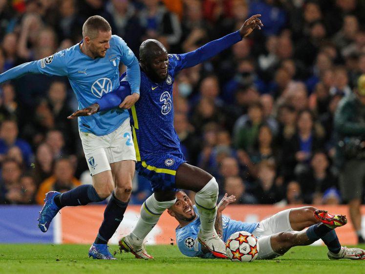 De tackle, de grimas en de wissel: kijk hier naar de beelden van Lukaku's blessure
