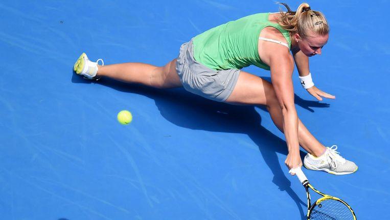 Richel Hogenkamp in actie tegen de Tsjechische Petra Kvitová, Australian Open, januari, 2015. Beeld EPA