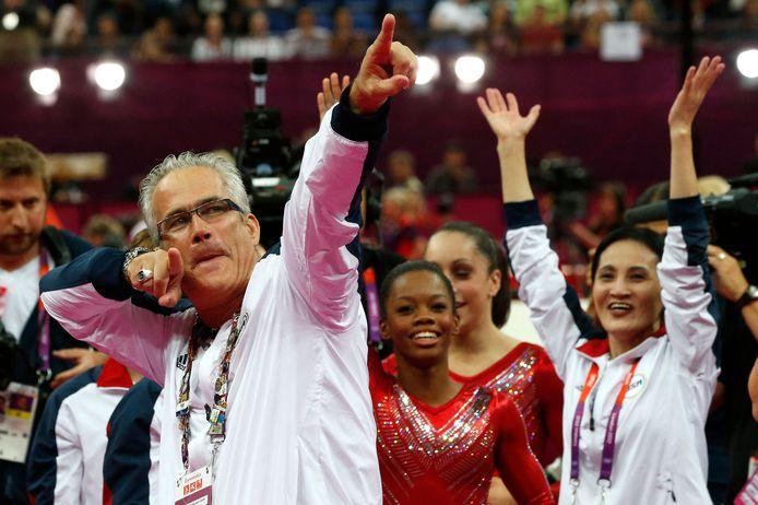 Turncoach John Geddert viert de gouden olympische medaille met de Amerikaanse turnploeg.