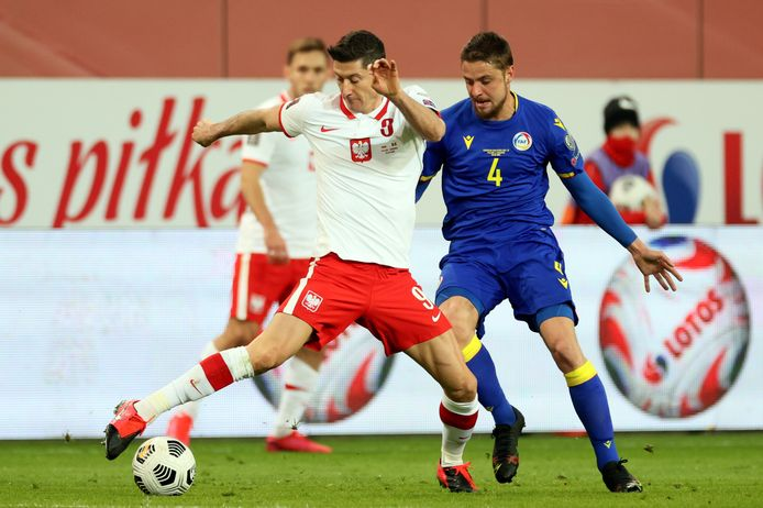 Robert Lewandowski in duel met Marc Rebes van Andorra.