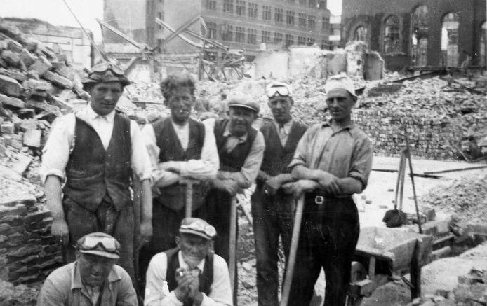 Puinruimers in Rotterdam. Na het bombardement zorgden zij ervoor dat de ruïnes in de binnenstad werden afgebroken en de stenen afgevoerd. Soms deden ze bijzondere vondsten.