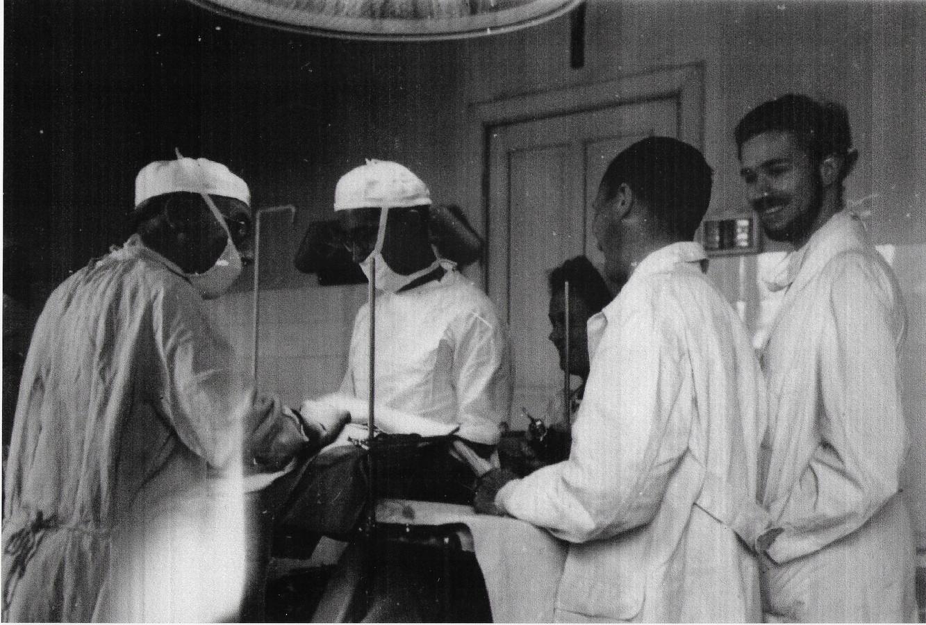 Murk (rechts) in de operatiezaal met onder anderen zijn vader Emile Lauwers jr. (links) en zijn oom Robert Peel (tweede links). Jr. was een barricadevechter. Wat daar toen gebeurde, zou ons nu doen griezelen.