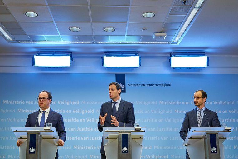 Ministers Wouter Koolmees (Sociale Zaken en Werkgelegenheid), Wopke Hoekstra (Financiën) en Eric Wiebes (Economische Zaken) dinsdagavond tijden de persconferentie. Beeld EPA