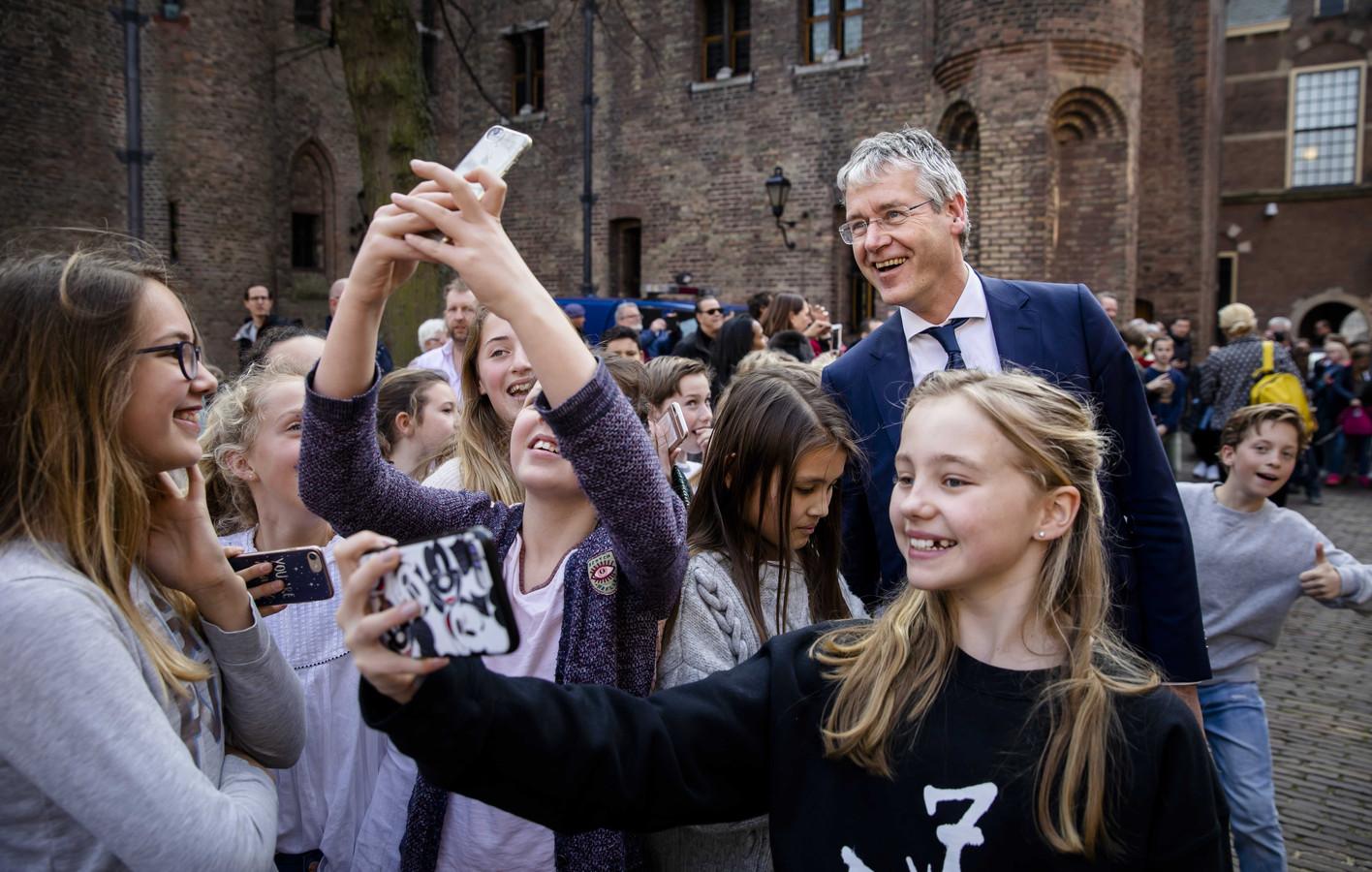 Rotterdamse scholieren maken op het Binnenhof een selfie met Minister Arie Slob voor Basis- en Voortgezet Onderwijs en Media (ChristenUnie).