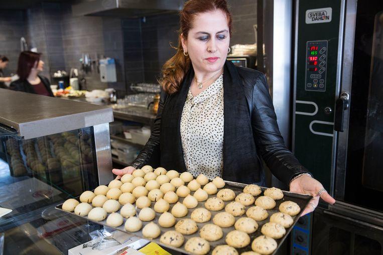 Saadet Koral drijft in Rotterdam-Zuid een filiaal van de Turkse bakkerij Simit Sarayi. Beeld arie kievit