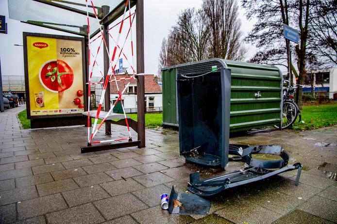 Een door vuurwerk opgeblazen prullenbak en een bushokje . Tijdens de jaarwisseling is op zn minst voor 15 miljoen euro schade aangericht aan huizen en auto's.