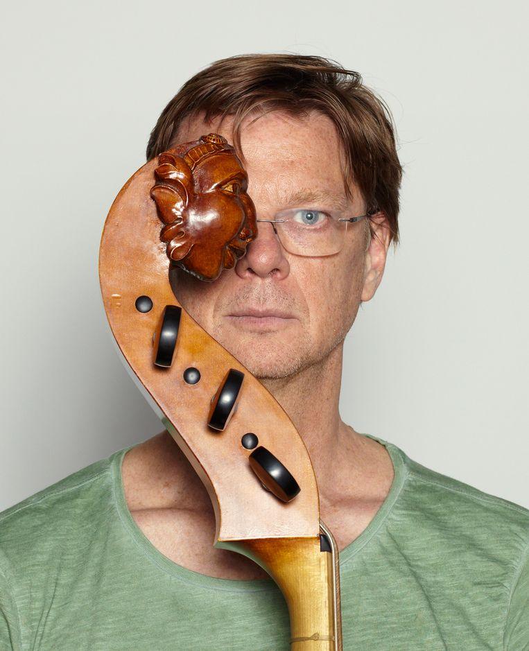 Tony Overwater: 'Ik wil dolgraag met gambist Romina Lischka spelen, maar dan moet ik op mijn violone wel partij voor haar kunnen zijn.' Beeld Daniel Cohen