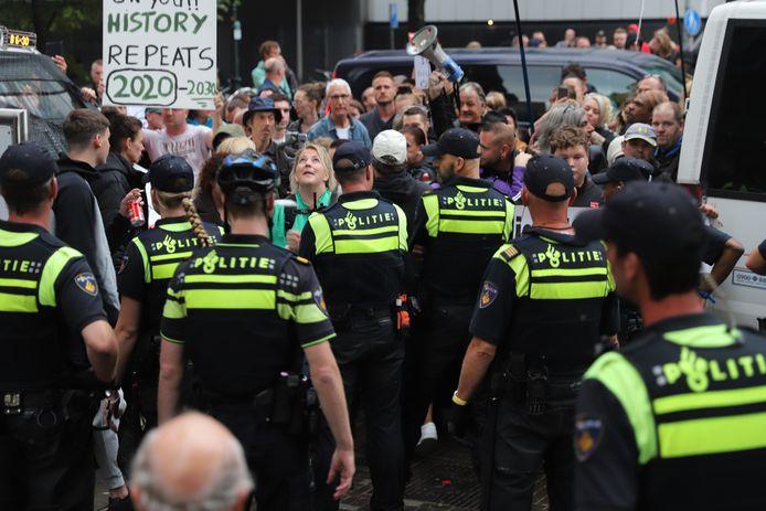 Een grote groep demonstranten heeft zich verzameld nabij het ministerie van Binnenlandse Zaken.