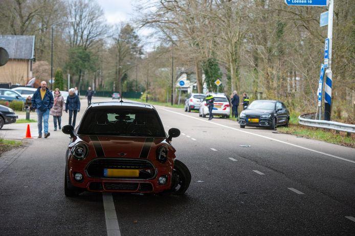 Op de kruising van de Keienbergweg met de Hoenderloseweg kwamen twee auto's met elkaar in botsing.