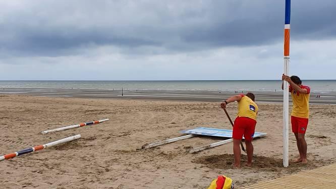 """""""Stop met onze vlaggenmasten en infoborden uit te graven"""": Koksijdse strandredders zijn vandalenstreken beu"""