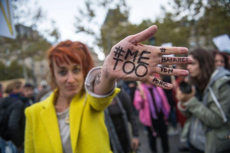 Een vrouw met '#MeToo' op haar hand geschreven tijdens een demonstratie tegen seksueel geweld tegen vrouwen in Parijs.   Beeld EPA