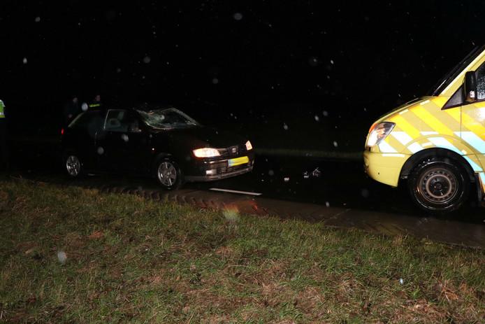 Auto schept voetganger op Middelkampseweg in Gameren.