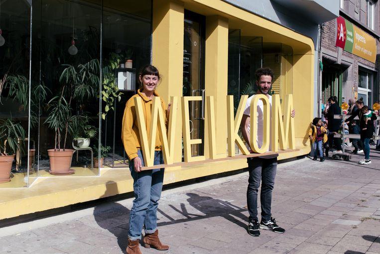 Chantal Boes (l.) en Filip Baeyens (r.) van het Cultureel Centrum Deurne. Beeld Tine Schoemaker