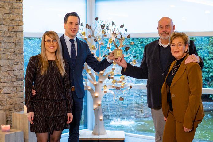 De uitreiking van de Award. Links Suzan en Jeffrey Coppens, rechts Kees en Anja Coppens.