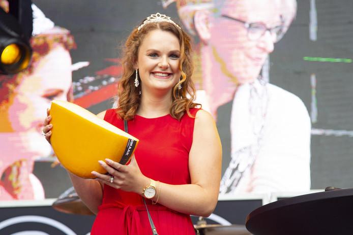 Sophie Velner is de nieuwe kaaskoningin van het Wiezo-feest in Wierden.