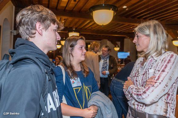 Schepen Ilse Uyttersprot in gesprek met jeugdraad Vonk.