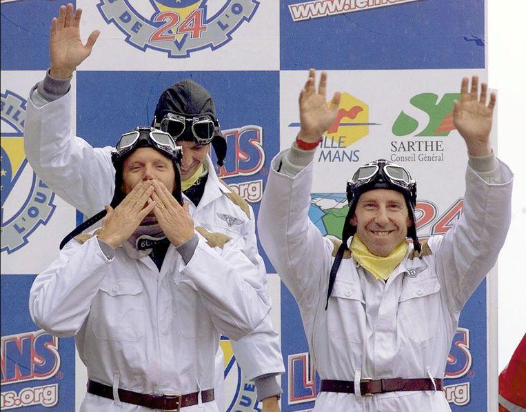 Andy Wallace (rechts)  zegevierde in 2001 in  de 24 Uur van Le Mans. Tot het team behoorde ook onze landgenoot Eric Van De Poele (links vooraan) en de Amerikaan Butch Leitzinger (achteraan links). Beeld AP