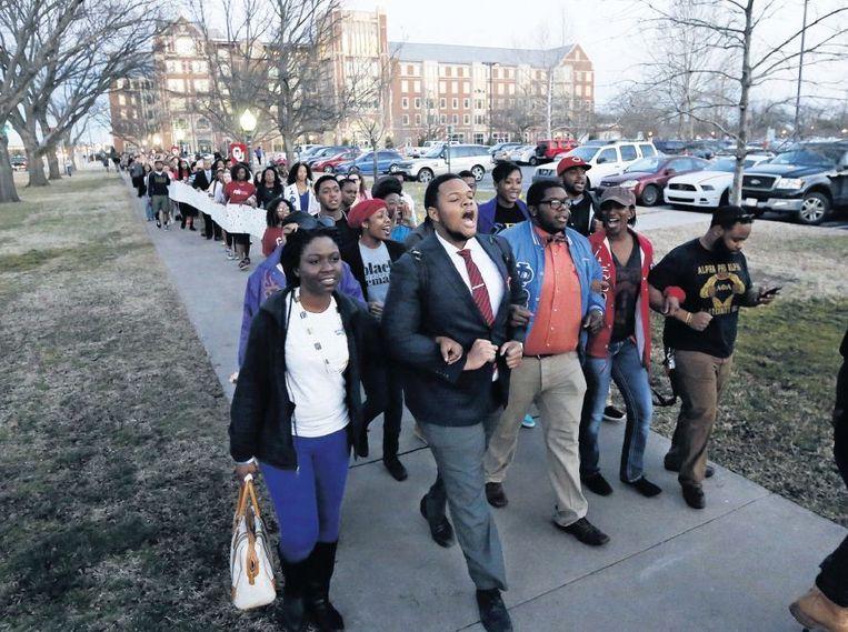 Protestmars van zwarte studenten van de Oklahoma University in Norman, dinsdag. Aanleiding was een racistisch filmpje van medestudenten. Beeld ap