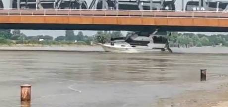 Plezierjacht ramt door hoogwater brug in Zutphen