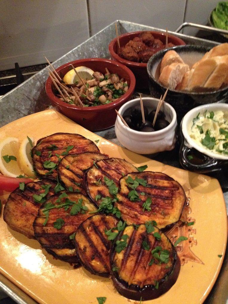 Gegrilde aubergine en gebakken champignons op z'n Barcelonees  Beeld Tallina van den Hoed