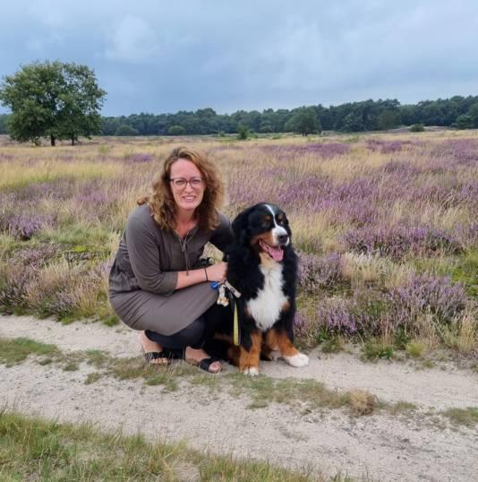 Ramona de Brock en haar hond Bella.
