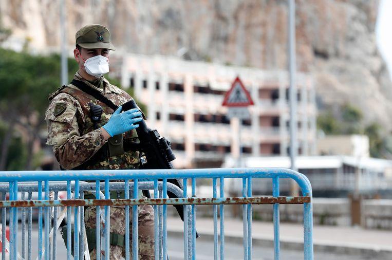 Italiaanse soldaten patrouilleren binnenkort door de straten van Lombardije. Beeld EPA