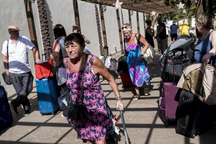 Toeristen verlaten hun hotels.