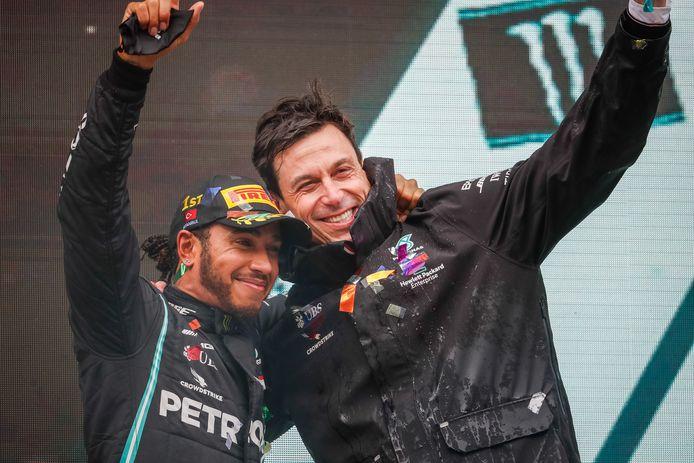 Lewis Hamilton met ploegbaas Toto Wolff.